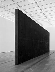 Vue de l'exposition à la Fondation Beyeler, Riehen / Bâle: Richard Serra, Fernando Pessoa, 2007 / 08 acier résistant aux intempéries, 300 x 900,4 x 20,3 cm