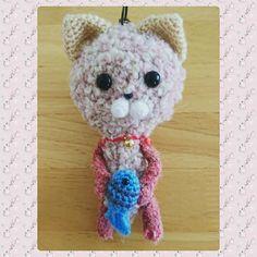 yukapon_y:: 札幌は今日もとっても良いお天気  今日もにゃんこ完成しました 先日のピンクにゃんこに鈴を付けるの忘れていたので その子にも鈴を付ました  #あみぐるみ #編みぐるみ #amigurumi #かぎ針編み #ハンドメイド #ネコ #cat
