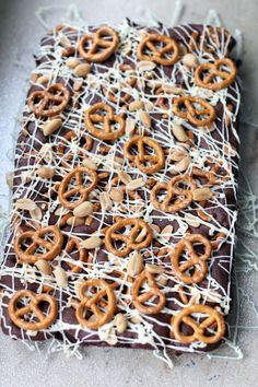 Brownie mit Knabberzeug - gesalzenen Erdnüssen und Salzbrezelchen - und wei�er Schokolade. Rezept auf kathastrophal.de