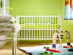 Weißes GULLIVER Babybett mit Matratze und Babyauflage. Rasseln, Spielzeug, Kindervorhänge passend.