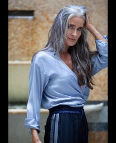 Long Gray Hair, Grey Hair, Older Women Fashion, 50 Fashion, Beautiful Old Woman, Gorgeous Women, Silver Haired Beauties, Gray Hair Growing Out, Older Beauty