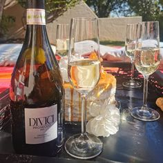 #RememberWhen... We use to have random picnics with friends and enjoy the sunshine and good bubbles?  #DiviciProsecco by @woolworths_sa  This was was an unexpected indulgence, I love it! So easy and free for a random hook up on a weekday with friends.  I'm sure it makes a perfect mimosa. 🌟 🌟 🌟 🌟  #TheBubblyCircle #TheBubblyPassionista #TheBubblyQueen #Bubbly101 #Bubbly #Bubbles #MCC #CapClassique #Champagne #Prosecco #SparklingWine #BubblyLovers #ChampagneLover #Wine #Sparkle #Sparkling Prosecco Doc, Enjoy The Sunshine, Sparkling Wine, Picnics, White Wine, Alcoholic Drinks, Champagne, Bubbles, Sparkle