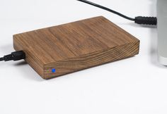 Lifehacker reader Mike Osborne likes his tech to look better than your average black piece of plastic. This beautiful DIY wooden hard drive enclosure is the result. Wood Projects, Woodworking Projects, Diy Pc, Wood Supply, Disco Duro, Gadgets, Pc Cases, Wooden Diy, Diy Wood