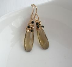 Wrapped with tiny round beads (gold or silver) and small faceted black onyx gemstone beads. Hung on . Wire Crochet, Gemstone Jewelry, Unique Jewelry, Pearl Earrings, Drop Earrings, Pink Quartz, Black Onyx, Round Beads, Jewelry Collection