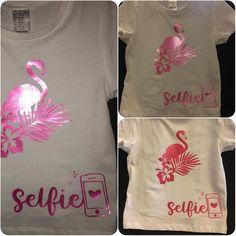 """Probando el nuevo vinilo brillo de @plotteralia las fotos no hacen justicia es precioso!!!!  los diseños son de la tienda #silhouette el de """"selfie"""" de @planeta_silhouette el #flamingo no recuerdo  ups y tenemos una más pero os la enseño la semana q viene q es para un regalito  #cameolove #cameoproject #plotteralia #vinilo #monkeycraft #camisetasmolonas #camisetadiy #amomicameo #cameo"""