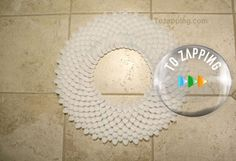 Cómo Hacer Un Espejo Con Cucharas - Tozapping.com Bath Mat, Home Decor, Electrical Tape, Duct Tape, Glue Guns, Plastic Spoons, Round Mirrors, Craft Tutorials, How To Make