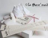 Coffret cadeau souvenir de naissance, comprenant chaussons bébé maille en coton crocheté. Création originale La Mare'maille, reproduction interdite.
