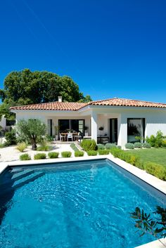45 houses in Provence where we dream of going on vacation! What if you spent your next vacation in Provence? Zoom on the 45 most beautiful houses in this sunny region! Village House Design, Bungalow House Design, Village Houses, Exterior Tradicional, Small Backyard Pools, Spanish Style Homes, Stone Houses, Home Builders, Exterior Design