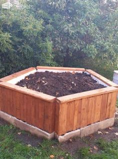 Beautiful, Practical Pallet Raised Garden Bed I wanted to make a raised garden bed on a budget. This fit the bill. It was quite inexpensive, will be weather resistant, and ended up fairly attractive. Can be done for $20 or less. http://www.1001pallets.com/2016/12/beautiful-practical-pallet-raised-garden-bed
