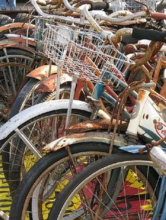With 4 sblings & years of bike riding for all of us, we used to have a simlar pile of special, rusty memories! Old Bicycle, Bicycle Art, Old Bikes, Bicycle Design, Vintage Cycles, Vintage Bikes, Tricycle, Garage Velo, Bici Retro