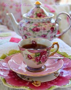quenalbertini: Tea Time with Pretty China Dresser La Table, Café Chocolate, China Tea Cups, Teapots And Cups, Tea Service, My Cup Of Tea, Tea Cup Saucer, High Tea, Afternoon Tea