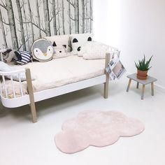 Le tapis coton nuage rose clair de la marque  Lilipinso apporte une touche colorée au décor d'une chambre d'enfant.