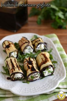 Grilled aubergine rolls, appetizer or tasty and vegetarian cold main course, perfect for a summer dinner or an aperitif buffet! Eggplant Rolls, Grilled Eggplant, Party Finger Foods, Light Recipes, Food Plating, Food Photo, Italian Recipes, Food Videos, Delicious Desserts