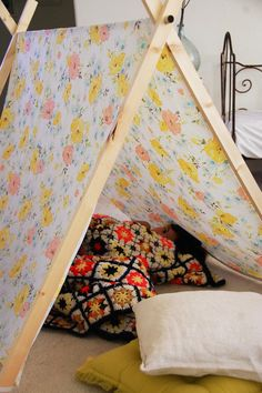 DIY tent using twin sheets. Easy to fold up and put under bed. My 3 year old would love this!