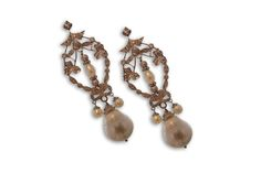 18 KARAT GOLD VINTAGE STYLE DIAMOND AND PEARL EARRINGS.