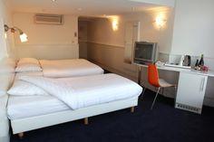 Hotel Multatuli is een vriendelijk en comfortabel hotel, zeer centraal gelegen in het historische hart van Amsterdam. Hotel Multatuli bevindt zich op een paar minuten loopafstand van het Centraal Station. Hier vandaan brengen trein, metro, tram en bus u naar elke gewenste locatie in of buiten Nederland.