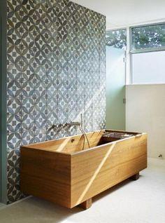 Baignoire en bois et carreaux aux motifs graphiques. #wood #tub #tiles