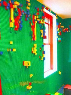 Si quieres tener a tu hijo pequeño ocupado pon esta pared de LEGO en su habitación, te olvidarás que tienes hijo.