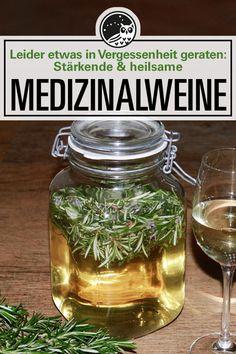 Medizinalweine oder Weinauszüge waren einst ein wichtiges Stärkungs- u. Heilmittel. Vor allem Hildegard von Bingen machte Medizinalweine sehr beliebt. Heute sind sie oft in Vergessenheit geraten. Frische oder getrocknete Kräuter werden in Wein angesetzt und dienen als sanfte Heilmittel. Erfahren Sie hier alles über die Weinauswahl, Methoden und über Rezepte von Rosmarinwein, Mädesüßwein, Löwenzahnwein bis hin zum Hildegard Petersilienwein. #kräuterwissen #heilkräuterrezepte #kräuter…