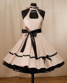 Süßes 50er Jahre Kleid mit scharzem Satinbindegürtel.