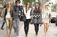 Trama. Un grupo de adolescentes roba  en casa de celebridades.