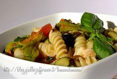 Insalata di pasta con fiori di zucca e zucchine