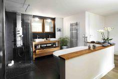 Découvrez ces meubles de salle de bains en teck. Cette finition bois lui donne aspect épuré et chaleureux.