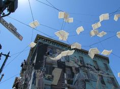 San Francisco, Californië: Flying books in the border of Chinatown and North Beach