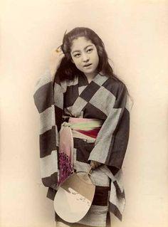 Jeune fille à l'éventail, Japon, circa 1885. par Anonyme - Vintage Japanese Photographs