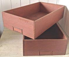 Antiquité. Collection Deux anciennes boîtes de rangement en bois Lévis…