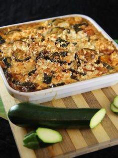 poivre, oeuf, lait, origan, courgette, oignon, huile d'olive, ail, crème fraîche épaisse, tomate pelée, sel, feta