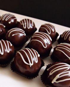 Citromhab: Marcipánbonbon szatmári szilvalekvárral Cake Recipes, Dessert Recipes, Desserts, Lollipop Candy, Mousse, Arabic Food, Macaron, Homemade Chocolate, Cake Cookies