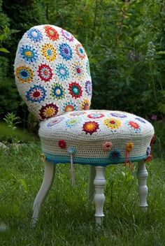 crochet chair - a yarn bombing in my house! Crochet Home, Love Crochet, Crochet Granny, Crochet Crafts, Yarn Crafts, Crochet Projects, Knit Crochet, Beautiful Crochet, Crochet Furniture