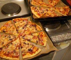 A pizza a legfinomabb ételek közé tartozik, amit tetszés szerint sonkával, kolbásszal, gombával, zöldségekkel is elkészíthetünk, ezért soha nem lehet betelni vele! Hozzávalók: 1 kg liszt (normál) 2,5 dl langyos tej 4 dkg élesztő 2,5 dl langyos víz 1 dl tejföl 1,5 dl olaj 1 jó evőkanál só 1 kávéskanál cukor 1 kávéskanál oregánó 1 … Perfect Pizza, Good Pizza, Best Homemade Pizza, How To Make Pizza, Winter Food, Bakery, Food And Drink, Cheese, Cooking