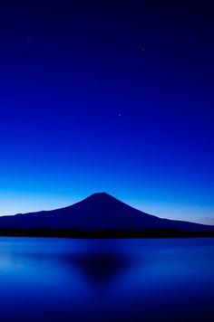 Fuji, Japan in cobalt Beautiful World, Beautiful Places, Beautiful Flowers, Beautiful Pictures, Monte Fuji, Love Blue, Blue Aesthetic, Electric Blue, Midnight Blue