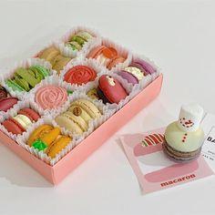 Colorful Desserts, Cute Desserts, Yummy Snacks, Delicious Desserts, Dessert Recipes, Yummy Food, Mochi Cake, French Cookies, Macaron Recipe