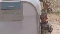 Ve el vídeo Biogas, la segunda vida de los desechos en Yahoo Noticias. Estamos en un pequeño pueblo situado cerca de Jericó, en Cisjordania, en medio de un desierto. Aquí no llega la luz. La electricidad es producida por varios paneles solares. Para el gas, los habitantes de esta aldea utilizan una caja blanca instalada hace apenas unos meses. A partir de los excrementos de los animales esta máquina producirá gas para la cocina. La familias que viven aquí podrán mantener encendidos los…