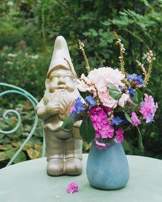 Happy Friday und ein Blumengruß, ihr Lieben! Nachdem ich eine Woche mit viel Arbeit und ohne Zeit für Social Media verbracht habe, soll nun das Wochenende starten. Dieser kleine Kerl hat im Garten anscheinend super die Stellung gehalten. Ikebana, Amaryllis, Happy Friday, Super, Home Decor, Decorating Ideas, Creative, Cut Flowers, Daffodils