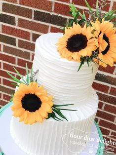 Rustic buttercream cake with fresh sunflowers for a graduation party or wedding. Sunflower Cupcakes, Sunflower Party, 16 Birthday Cake, 13th Birthday, Fresh Flower Cake, Flower Cakes, Pastel Mickey, Grandma Cake, Flower Cake Decorations