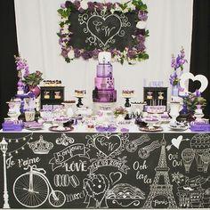 """""""Mesa de Dulces poco tradicional con temática Paris para novios amantes del color violeta!  Mural pizarra personalizado para los novios, hecho a mano por…"""""""