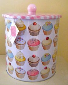 "an adorable cupcake jar to store cookies like a ""cupcake cookie jar"" (: Cupcake Kitchen Decor, Diy Kitchen Decor, Cute Kitchen, Shabby Chic Kitchen, Bakery Kitchen, Cupcake Cookie Jar, Cookie Jars, Cupcake Collection, Cupcake Shops"