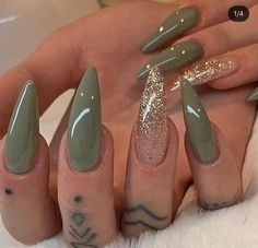 Pretty stiletto nsils Green and gold glitter stiletto nails Aycrlic Nails, Dope Nails, Pink Nails, Glitter Nails, Gold Glitter, Gold Stiletto Nails, Pastel Nails, Green Toe Nails, Faded Nails