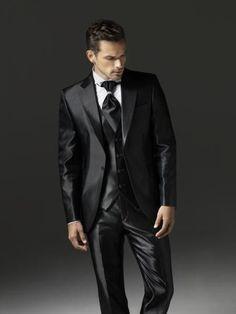 Os presentamos la colección de trajes de novio de la firma Rocky Moles.