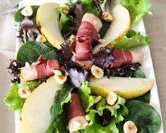 Salade au magret de canard fumé, noisettes, poires et copeaux de foie gras