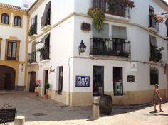 """La artesanía tiene gran importancia en Córdoba. Así, en el casco histórico de Córdoba el turista puede encontrar  """"El Pañuelo Córdoba"""", donde podrá llevarse los mejores recuerdos, regalos, souvenirs y artesanía de Córdoba."""