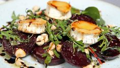 baked beet and chevre salad with honey and balsamic vinegar Vegetarian Eggs, Balsamic Vinegar, Beets, Tapas, Side Dishes, Good Food, Food And Drink, Lunch, Baking