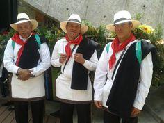Son silleteros de Santa Elena y con ello les presentamos el vestuario tradicional. #FeriadelasFlores @alcaldiamed