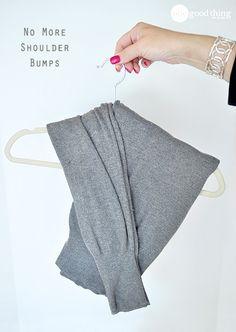 Pendure suéteres sem perder sua forma aprendendo a ~forma correta de dobrar~.   22 maneiras talentosas e inteligentes de fazer suas roupas durarem mais