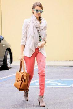 Pantalones vaqueros de colores modernos. Ver todo el artículo aqui: http://modafemeninada.blogspot.com/2014/01/pantalones-vaqueros-de-colores-modernos.html