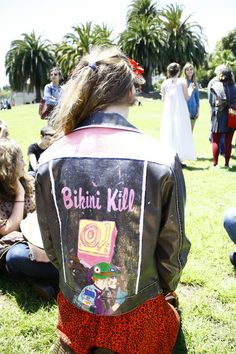 who is this girl and does she still hang out in dolores park? i wanna be her new best friend Punk Fashion, Retro Fashion, Anti Fashion, Kathleen Hanna, Bikini Kill, Brooklyn Baby, Riot Grrrl, Girl Gang, Aesthetic Pictures
